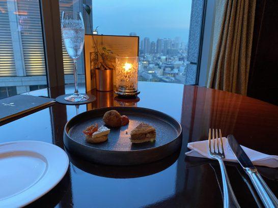 シャングリ・ラ ホテル 東京でのラグジュアリーソーシャルアワーカナッペ・ドリンク