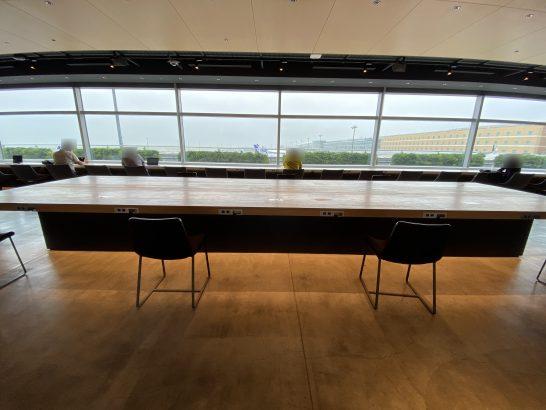 POWER LOUNGE NORTH(T2)の中央木製大テーブル