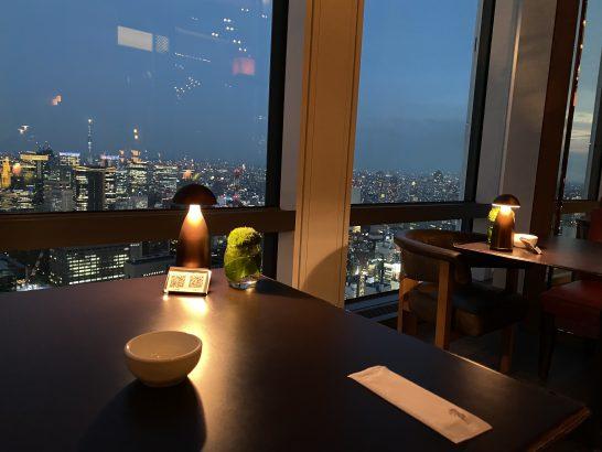 アンダーズ東京のタヴァンの窓際席