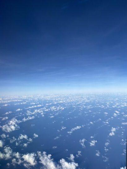 グアムから東京に向かうJALの機中の青空