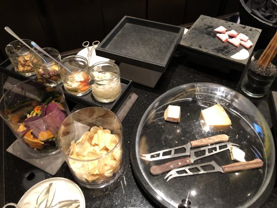 リッツカールトン東京のクラブラウンジのハム、ピクルス、野菜チップス、チーズなど