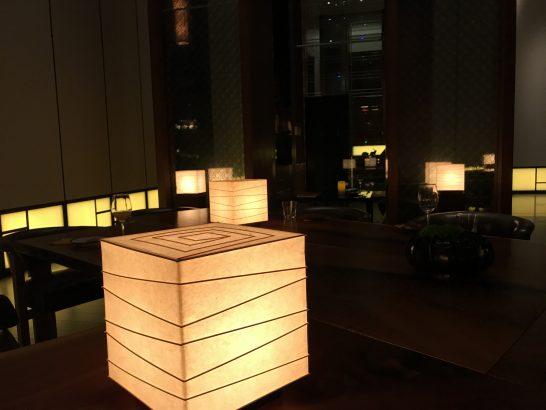 アンダーズ東京の宿泊者ラウンジの夜の雰囲気
