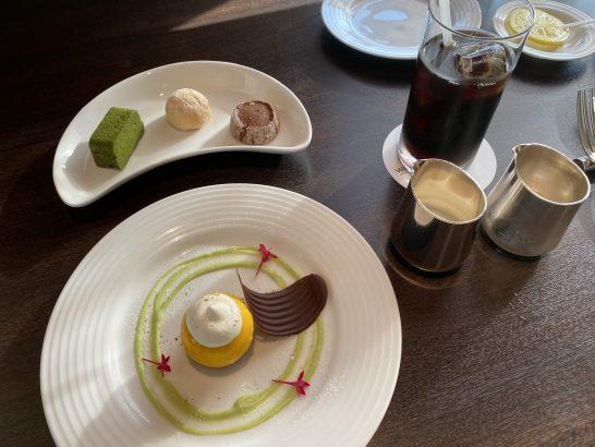 ウェスティンホテル大阪のエグゼクティブクラブラウンジのアフタヌーンティーのスイーツとアイスコーヒー