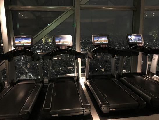 パークハイアット東京のクラブ オン ザ パークの夜のランニングマシン