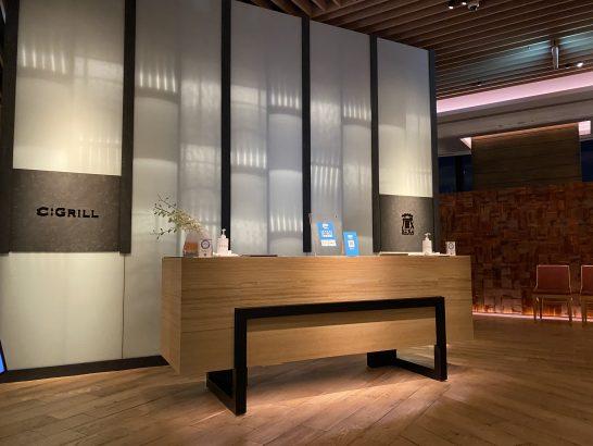 コンラッド大阪のシーグリルと蔵の受付カウンター