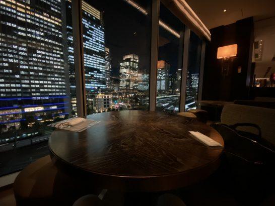 フォーシーズンズホテル丸の内 東京のラグジュアリーラウンジアワーの席