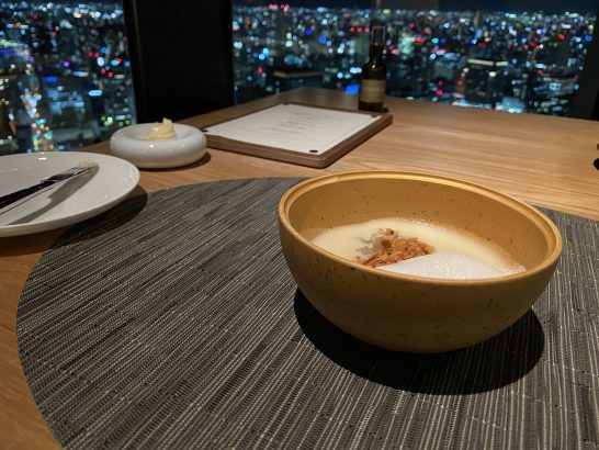 コンラッド大阪のシーグリルの淡路産レモンのスープ、近海産イカ、ヘーゼルナッツ、西京味噌