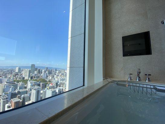 セントレジス大阪のバスルームでの入浴シーン(昼)
