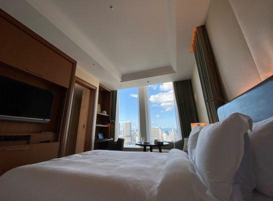 セントレジスホテル大阪のベッドから見える窓