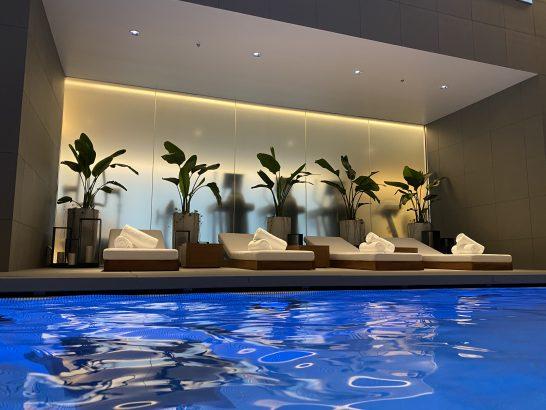 東京エディション虎ノ門のプール・プールサイドのソファーベッド (2)