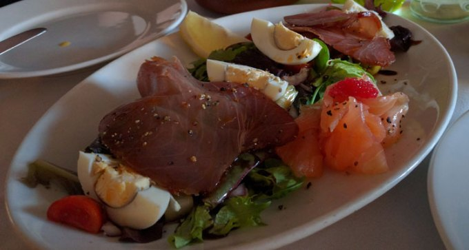 Rico Libre: smoked tuna with mixed leaves and egg