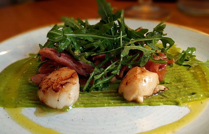Seared scallops, pea purée and bacon