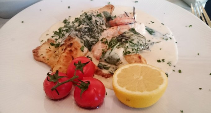 Sea bass fillet with lemon, white wine and garlic sauce