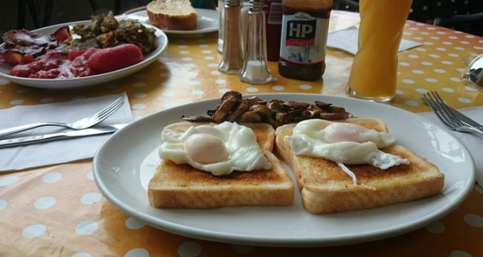 Poached eggs and mushrooms on toast