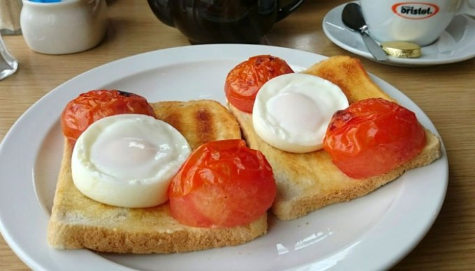Poached eggs and grilled tomatoes
