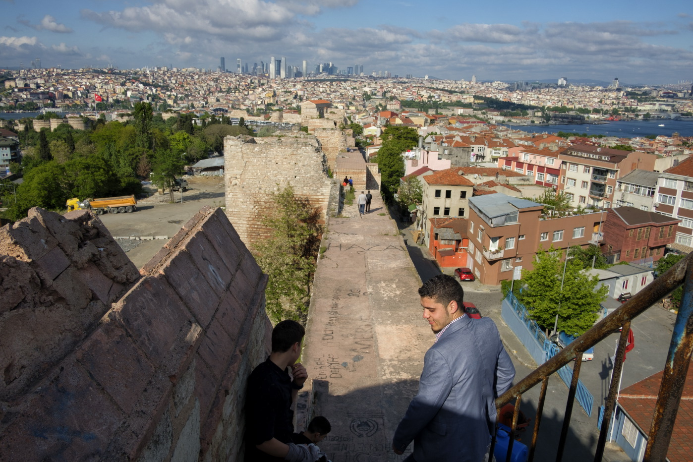 Some people walking along the old walls of Constantinople. In the background, a view of the city and the Bosporus. Istanbul, Turkey 2016. © Matteo Bastianelli