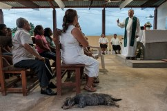 People gathered in the open air church of a rural community on the outskirts of the city for the mass celebrated by priest Jesus Mendoza, who strongly believes in the importance of going to meet local communities and dialogue with them to promote social change. Acapulco, Mexico 2019. © Matteo Bastianelli