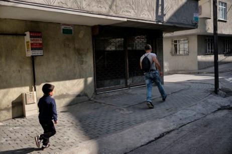 6-year-old Radwan Shehabi, chases his father Ibrahim down the street. Istanbul, Turkey 2016. © Matteo Bastianelli