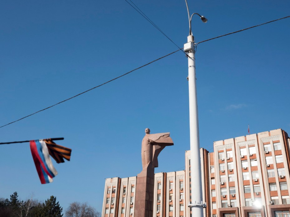 A car antenna flag of Russia in front of the presidential palace with a statue of Lenin built during the USSR period. Tiraspol, Transnistria (Moldova) 2014. © Matteo Bastianelli