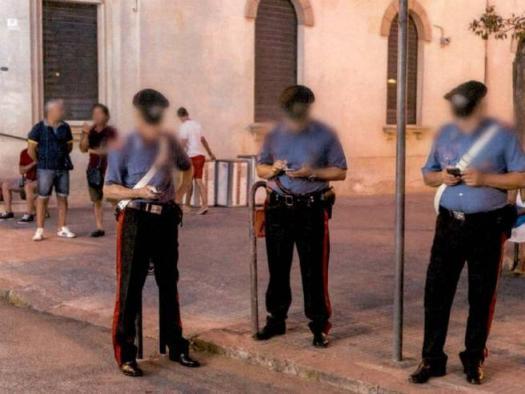 Carabinieri col telefonino