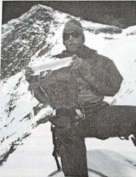 Peter Hámor na najvyššom dosiahnutom bode 7360m, v pozadí Mt. Everest Foto: V. Zboja