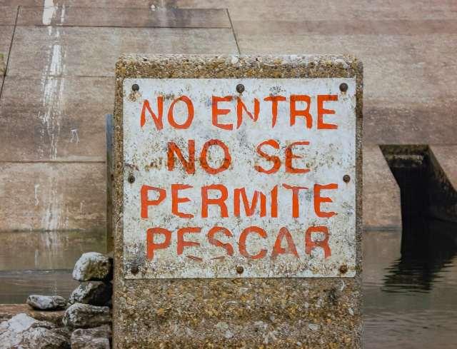 No entre, no se permit pescar (no entry, fishing is prohibited)