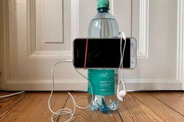 Das Bild zeigt, wie ein Smartphone mit einem Gummiring an der Wasserflasche befestigt ist. Solch ein einfaches Stativ ist für viele Situationen völlig ausreichend.