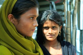 Babli et Banu Bhagat Paal ont quatorze et quinze ans et viennent de Raipur, Madhya Pradesh a environ 800 kilomètres au nord est de Pune. Elles vivent au village depuis trois mois en compagnie de leurs parents qui sont employés sur le chantier. Babli et Banu s'occupent des taches ménagères. Elle ne vont pas à l'école. Pune, Maharashtra. 2009