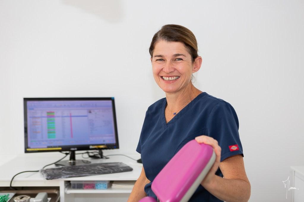 femme dans un cabinet d'orthodontie