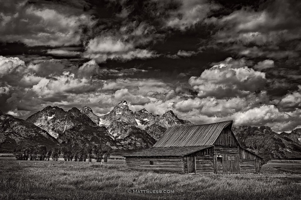 barn-in-bw-1400