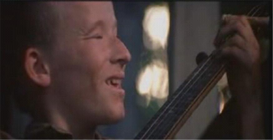 deliverance-dueling-banjo-with-hillbilly-close-up-smiling-702353