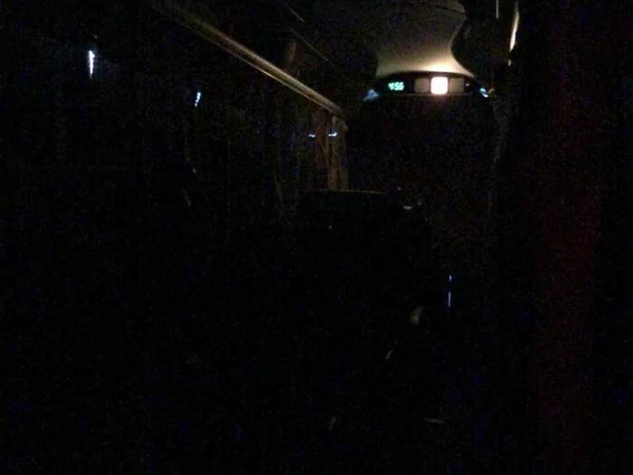 消灯した車内
