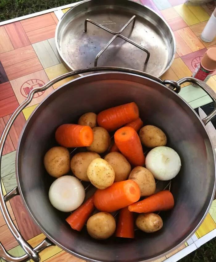 ダッチオーブンに入った野菜