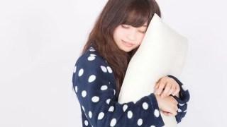 枕を抱える女の子