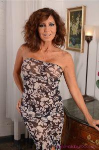 Tara Holiday, geile cougar heeft een sexy jurkje aan