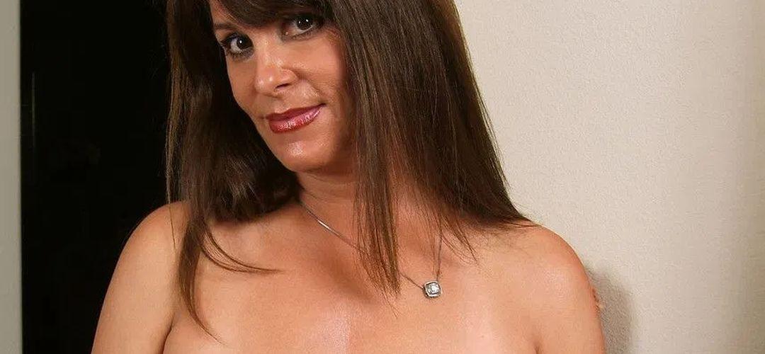 Mature brunette, Viktoria, heeft lekkere grote borsten en gaat naakt