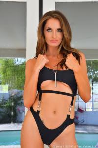 Silvia Saige heeft een sexy badpak aan