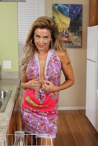 Elli Taylor, mature milf gaat naakt in de keuken