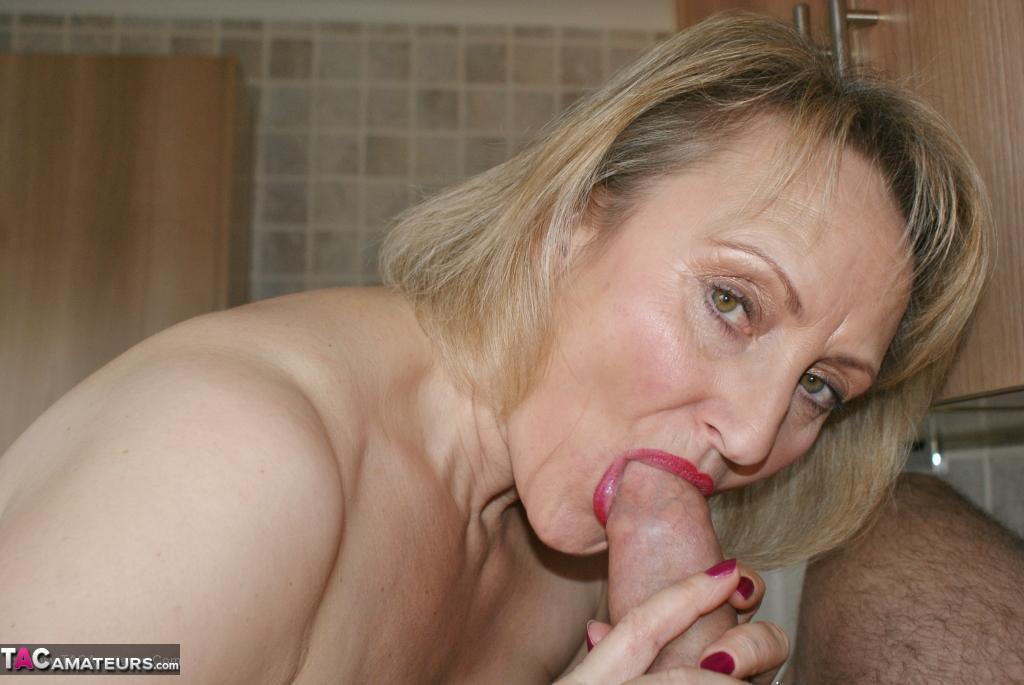 Mooie mature vrouw kan geil pijpen