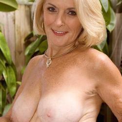 Stijlvolle oma met grote borsten gaat naakt