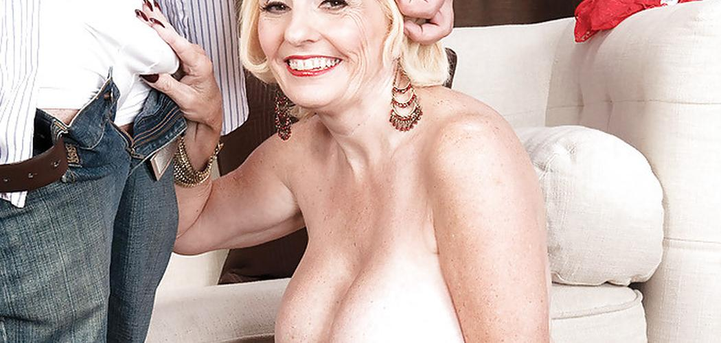 Een jonge man neukt een vrouw met dikke borsten
