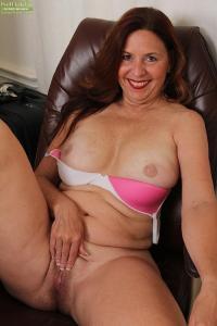 Mooie rijpe vrouw heeft grote borsten