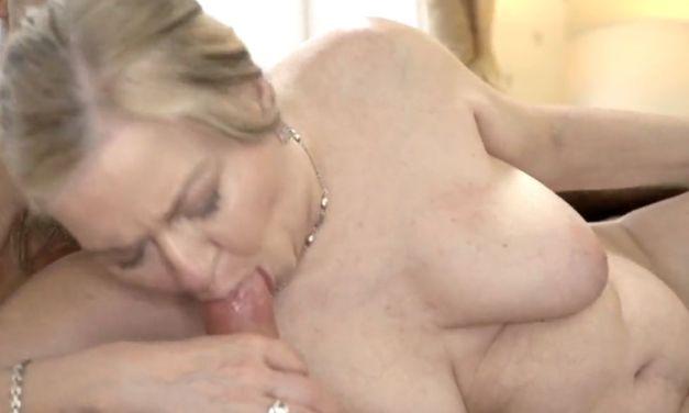 Oma met dikke hangtieten wordt geneukt door een jongeman