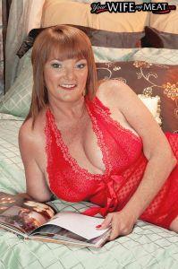 Middelbare gescheiden vrouw in sexy lingerie