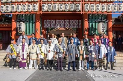 宮参り式典前に各区青年長の記念撮影