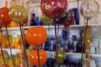 In this glass-making factory you can work together and make your own products or go to the store and purchase ready-to-buy gifts.