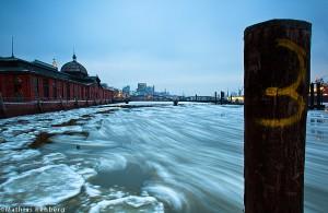 Hamburg-Fischauktionshalle-Winter-Eis-Elbe