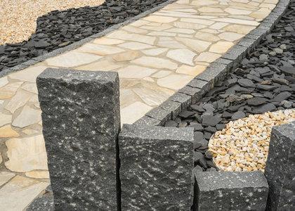 Steinsulen Stelen  Palisaden aus Naturstein Granit  Sandstein in Essen Bremen Hannover
