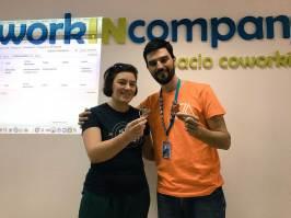 Arantza Respaldiza me regala sus Wappus Pepe y Pepa de la WordCamp Europe 2015.