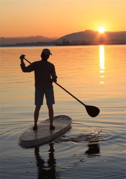 paddleboard_sunrise_toward_sun